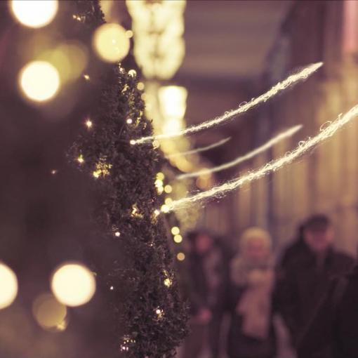 Joyeux Noël ⭐️. Extrait de «Merry Christmas Ville-Lumière» que nous avons produit l'an dernier, dans les fameuses rue parisiennes dont la Rue de Rivoli. 🇺🇸 Screen grab from a short we produced last year for fun in a few hours in #Paris.